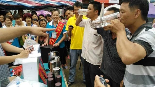 华迈净水器加盟商和消费者互动