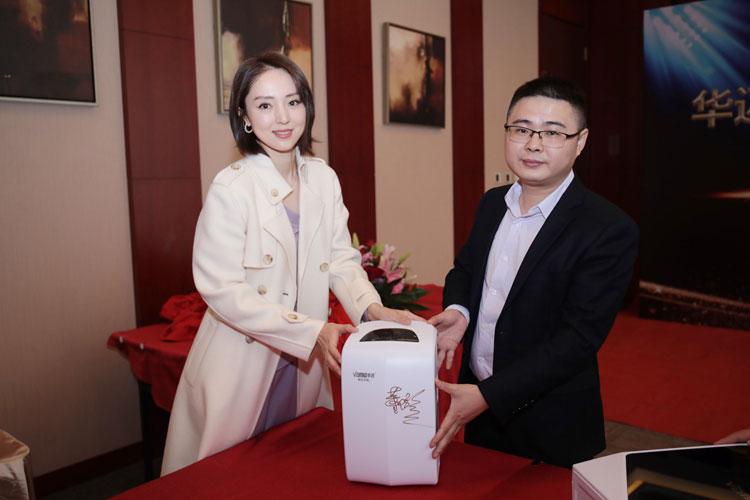 董璇在华迈智能净水器—物云水机上签名